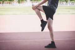 Młody sprawności fizycznej atlety mężczyzny bieg na droga śladzie, ćwiczenie treningu wellness i biegacza rozciąganiu, iść na pie zdjęcia royalty free