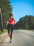Młody sprawności fizycznej kobiety bieg na lasowym śladzie Biegacz atlety jogg Obraz Royalty Free