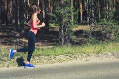Młody sprawności fizycznej kobiety bieg na lasowym śladzie Biegacz atlety jogg Zdjęcie Stock