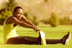 Młody sprawności fizycznej kobiety biegacza rozciąganie iść na piechotę w parku Zdjęcia Royalty Free