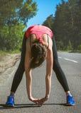 Młody sprawności fizycznej kobiety biegacza rozciąganie przed bieg Biegacz atleta Obrazy Royalty Free
