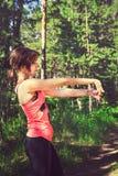 Młody sprawności fizycznej kobiety biegacza rozciąganie przed bieg Biegacz atleta Fotografia Stock
