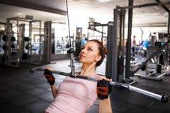 Młody sprawności fizycznej kobiety spełniania lats pulldown Fotografia Royalty Free