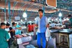 Młody sprzedawca demonstruje ich artykuły przy rybim rynkiem Fotografia Stock