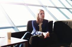 Młody studencki czekanie jej mąż w stacja kolejowa barze Zdjęcia Stock