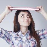 Młody Studencki dziewczyny równoważenie Rezerwuje na jej głowie zdjęcia royalty free