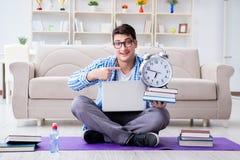 Młody studencki narządzanie dla uniwersyteckich egzaminów Fotografia Royalty Free