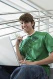 Młody Studencki Używa laptop Zdjęcia Royalty Free