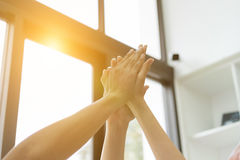 młody student collegu łączy rękę, biznesu macania drużynowe ręki zdjęcie stock