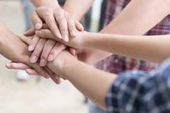 młody student collegu łączy rękę, biznesu macania drużynowe ręki zdjęcia royalty free