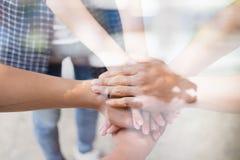 młody student collegu łączy rękę, biznesu macania drużynowe ręki obraz royalty free