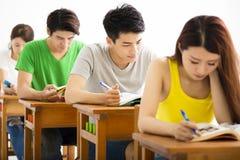 Młody student collegu grupy obsiadanie w sala lekcyjnej obraz royalty free