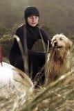 Młody surfingowiec i jego jesteśmy prześladowanym obraz royalty free