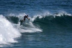 Młody surfingowiec wchodzić do grzebień fala Zdjęcia Royalty Free