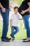Młody syn Z ucho na Ciężarnym brzuchu mamusie Fotografia Royalty Free