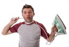 Młody szalony desperacki i sfrustowany mężczyzna robi sprzątania mienia zdjęcie stock