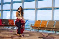 Młody szczęśliwy, ładny Azjatycki Koreański turystyczny kobiety ciągnięcia walizki tramwaj w i zdjęcia stock