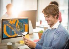 młody szczęśliwy biznesmen z telefonem przed komputerem z schodka projekta nowym remisem (kolor: błękitny zdjęcia stock