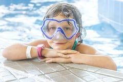 Młody szczęśliwy caucasian dziecko dziewczyny dopłynięcie Fotografia Stock