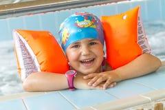 Młody szczęśliwy caucasian dziecko dziewczyny dopłynięcie Obrazy Royalty Free