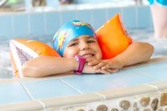 Młody szczęśliwy caucasian dziecko dziewczyny dopłynięcie Zdjęcie Stock