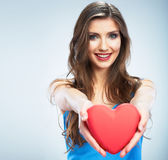 Młody szczęśliwy kobieta chwyta miłości symbolu czerwieni serce na studi Obrazy Stock