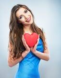 Młody szczęśliwy kobieta chwyta miłości symbolu czerwieni serce na studi Obraz Stock