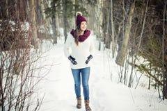 Młody szczęśliwy kobieta w ciąży w śnieżnym lesie Obrazy Stock