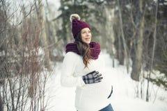 Młody szczęśliwy kobieta w ciąży w śnieżnym lesie Zdjęcia Royalty Free