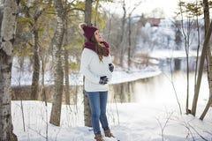 Młody szczęśliwy kobieta w ciąży w śnieżnym lesie Zdjęcie Stock