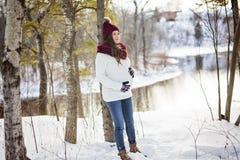 Młody szczęśliwy kobieta w ciąży w śnieżnym lesie Obraz Royalty Free