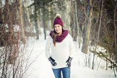 Młody szczęśliwy kobieta w ciąży w śnieżnym lesie Zdjęcia Stock