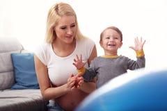 Młody Szczęśliwy kobieta w ciąży bawić się z synem fotografia royalty free