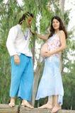 Młody szczęśliwy kobieta w ciąży & jej mąż zdjęcia royalty free