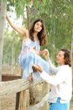 Młody szczęśliwy kobieta w ciąży & jej mąż zdjęcie royalty free