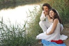 Młody szczęśliwy kobieta w ciąży & jej mąż fotografia stock