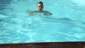 Młody szczęśliwy kobiety dopłynięcie, kłębowiska w pływackim basenie i zbiory
