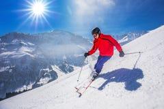 Młody szczęśliwy mężczyzna narciarstwo w Lenzerheide ośrodku narciarskim, Szwajcaria fotografia stock