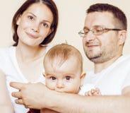 Młody szczęśliwy nowożytny rodzinny ono uśmiecha się wpólnie w domu stylu życia pojęcia ludzie, ojca mienia dziecka syn Obrazy Royalty Free