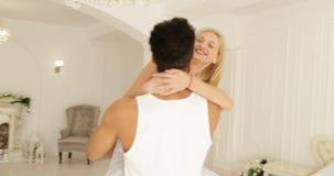 Młody szczęśliwy para uścisku kobiety bieg i skok nad mężczyzna uściśnięciem wirujemy wokoło nowożytny domowy sypialni okrążać zbiory