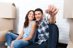 Młody szczęśliwy pary chodzenie w ich nowego dom obraz stock