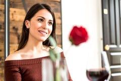Młody szczęśliwy pary odświętności walentynki ` s dzień z gościem restauracji przy Zdjęcia Stock
