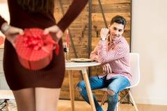 Młody szczęśliwy pary odświętności walentynki ` s dzień z gościem restauracji przy Zdjęcie Royalty Free