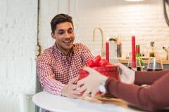Młody szczęśliwy pary odświętności walentynki ` s dzień z gościem restauracji w domu Zdjęcie Stock
