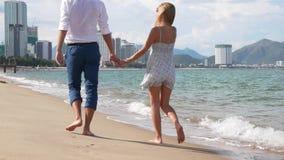 Młody szczęśliwy pary odprowadzenie na plażowym uśmiechniętym mieniu wokoło each inny Romantyczny pojęcie HD, 1920x1080 zbiory
