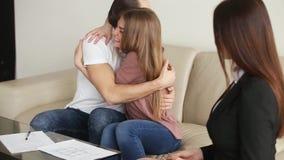 Młody szczęśliwy pary podpisywania nieruchomości kontrakt zdjęcie wideo