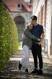 Młody szczęśliwy pary podróżować Stać na uściśnięciu i ulicie fotografia stock