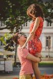 Młody szczęśliwy pary przytulenie i patrzeć each inny przy miasto ulicą Lato Zdjęcie Stock