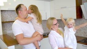 Młody szczęśliwy rodzinny chodzenie nowy mieszkanie Dwa małej dziewczynki biega w nowego dom z rodzicami, szczęśliwa para z zbiory