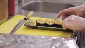 Młody szef kuchni słuzyć tradycyjnego Japońskiego wypiekowego suszi słuzyć dalej zbiory